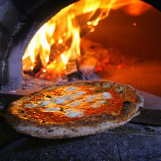 薪窯で香ばしく焼き上げたピッツァは1,100円~!
