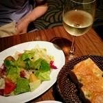 シクスバイオリエンタルホテル - スパゲッティに付くサラダ、フォカッチャ あと単品の白ワイン