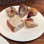 73367946 - 食べ放題のパン、先ずはフォカッチャ、黒豆、バゲット、ソーセージ、明太チーズ。