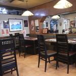 肉の田じま - 店内テーブル席