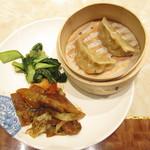 73376119 - 季節の野菜炒め・蒸し餃子・回鍋肉