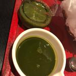 ちゃ大和園 - 手前が抹茶ソース、奥が煎茶ソース