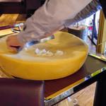 イタリアン&グリル アクア イルフォルノ - チーズ削ってます♪