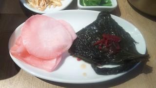 チャカン食堂 - エゴマの醤油漬けと大根(サムギョプサルの付属品)