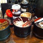 麺の坊 砦 - 充実無料トッピング!高菜!紅ショウガ!にんにくなどなど