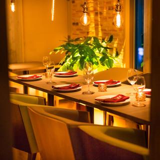 夜景を眺めながらお楽しみ頂ける窓側テーブルソファー席