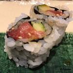 寿司割烹 魚紋 - 鮪と胡瓜の裏巻