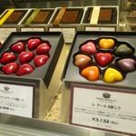 ピエール マルコリーニ - B 1F の ショーケースには美味しそうなチョコレートが並びます。