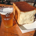 俺のBakery&Cafe - 昼からビールに焼きたて食パンで最高♡ この日は恵比寿麦酒祭りで外にテーブルがあって、とてもいい天気だったので。(お行儀は悪いけど) ビールは外の屋台で購入。