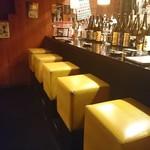 お好み焼き&鉄板焼き 中々 - カウンター席、目の間に並ぶボトルを眺めるのはお酒好きには最高!