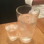 瀬戸内鮮魚と串焼き UZU - 黒霧島は水のコップと、小さなコップに酒が入り、自分で適量に。と