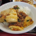 大衆餃子酒場ケンケン - 四川風という名の通りスパイスの効いたピリ辛の麻婆豆腐。  ご飯にかけて麻婆豆腐丼にして口に運びましたがピリ辛なんでご飯が進みました。