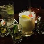 銀座バー GINZA300BAR 銀座8丁目店 - 混んでるから先に二杯ずつ買った(カクテル&テキーラ)