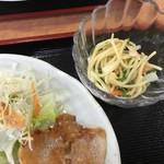 クレヨン - 日替りには、スパサラダとお新香、お味噌汁が!