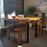 三栄軒 - テーブル席。