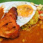 コロンボ - ビリヤニはインド式のカレーの炊き込みご飯、 カチュンバは野菜を小さく切ってスパイスで和えた インドのサラダだよ。