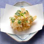 天ぷら新宿つな八 - 小海老と三つ葉のかき揚げ