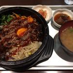 韓国家庭の味 いなか家 - 「カルビ石焼ピビンパプ」! キムチは古漬け風。 全て丁寧な作り、美味しいです。