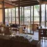 登城 - 広い店内で座敷もテラス席もございます