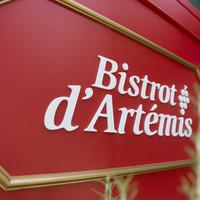 ビストロ・ダルテミス - 昼は赤い壁に白のロゴがくっきりと。