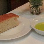 7342526 - 自家製パンとオリーブオイル。スキャッチャータというフォカッチャ系のパンです。