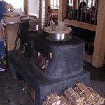 鰹乃国のめし家 萬や - 昔ながらのかまどと薪でご飯炊いてます。