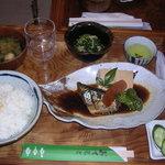 鰹乃国のめし家 萬や - 煮魚定食、ご飯にはおこげ。
