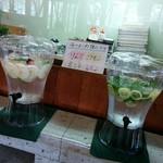 花の季 - りんご、シナモン、ミント、レモンなどを入れてひんやり冷たいお水がサービスされています