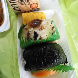 たけや - 料理写真:きのこお握り(上)/鮭おにぎり(下)