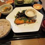 大戸屋 - 紅鮭の大葉香味焼き定食