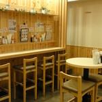 よいまち食堂 - <店内・丸テーブル席とカウンター席>