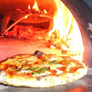 イタリア直送の薪窯で焼き上げる、本場ナポリPIZZA!!