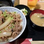ジンギスカン霧島 - ラム丼並。味噌汁とお新香が付いて500円