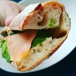 73467467 - スモークサーモンとアボガドのクリームチーズ自家製サンド♡
