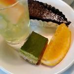 ヴォーノ・イタリア - ドルチェバーのゼリー、ガトーショコラ、抹茶ケーキ、果物