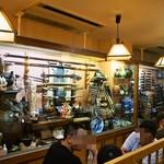 貝つぼ焼 大谷 - 店内(テーブル席の隣に骨董品が一杯飾ってあります)