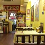 ナマステ ガネーシャ マハル - 店内風景。4人掛けのテーブルが6組、整然と並んでいる。