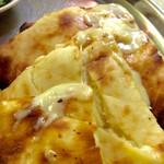 ナマステ ガネーシャ マハル - チーズナンのアップ写真。