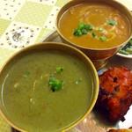 ナマステ ガネーシャ マハル - カレーは4種類の中から2種類を選ぶ。辛さも選べ、今回は中辛にした。