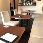 ルヴェージュ - 壁面ソファ、通路側チェアーの2人掛けテーブルが並びます(2017.9.21)