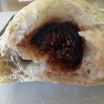 パンのくま小屋 - 中にはドライいちじくが入っています