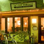ピッツァ ピアッツァ - 夜のお店の外観