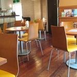 リバーウォークカフェ - そんなに広くない店内ですが、居心地はいいですよ