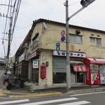 七福亭 - お店の横(ウラ?)に2台分の駐車スペースがあります。