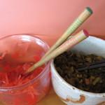 七福亭 - 卓上の辛子高菜やブラックペッパー、ゴマで味変を楽しみ、ごちそうさま♪