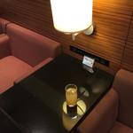 エアポートラウンジ北 - 席は落ち着いたソファー席。 コンセントも完備。