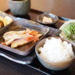 73522286 - 鮮魚のレアステーキ、フレッシュトマトのソース