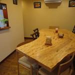 八雲珈琲 - トチの大テーブルを見に来て下さい。木目が素晴らしいです。