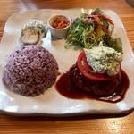 カフェ マシコビト - 料理写真:プレートランチ1080円 アボカドのタルタルソースハンバーグ