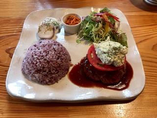 カフェ マシコビト - プレートランチ1080円 アボカドのタルタルソースハンバーグ